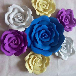 trang trí backdrop bằng hoa hồng giả khổng lồ