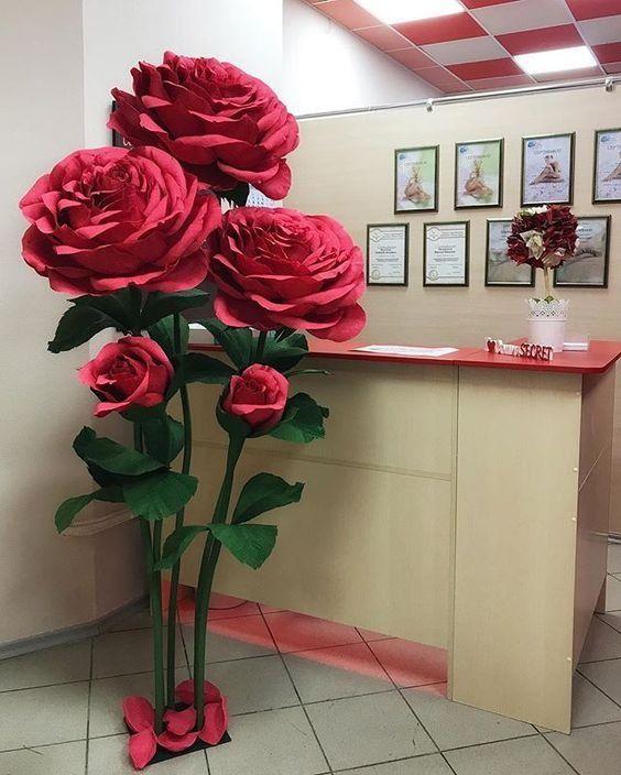 hoa giả bằng giấy khổng lồ trang trí cửa tiệm