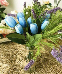 bình hoa giả tulip xanh cắm trên lọ thủy tinh