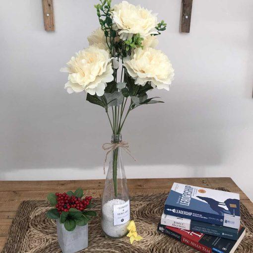 bình hoa mẫu đơn màu kem, hoa nhựa, vải trang trí bàn làm việc