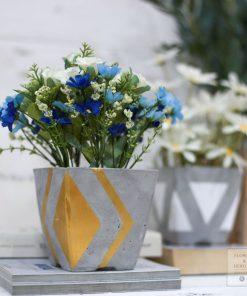 chậu hoa giả cắm sẵn trồng trên bình xi măng