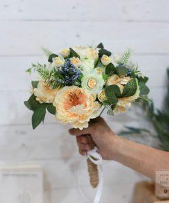 bó hoa giả cầm tay đám cưới
