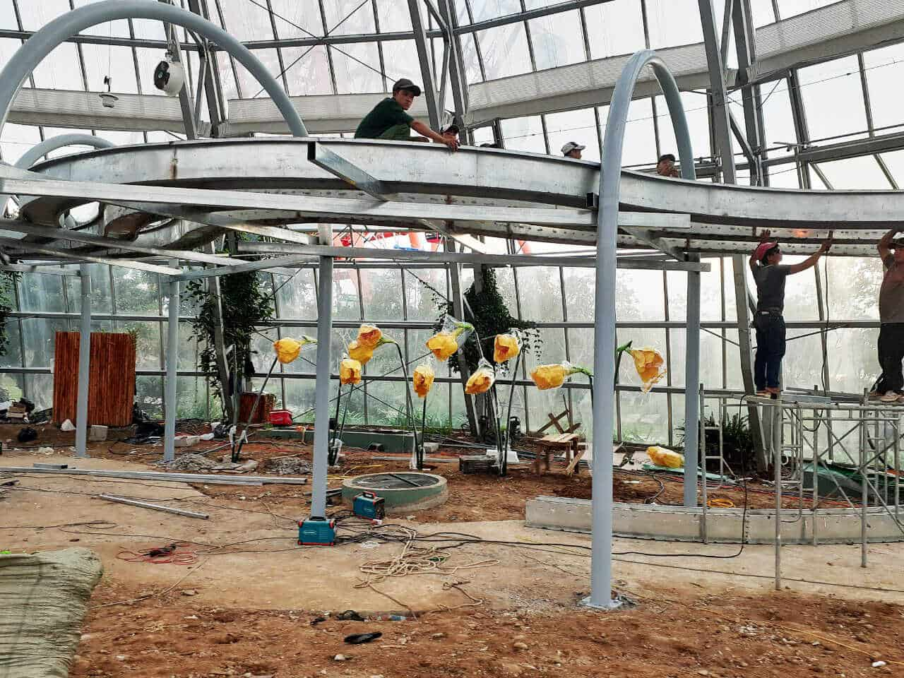 thi công mĩ thuật vòm trồng hoa bên trong nhà kiếng